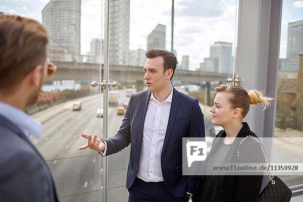 Geschäftsleute im Gespräch auf der Fußgängerbrücke  London  UK
