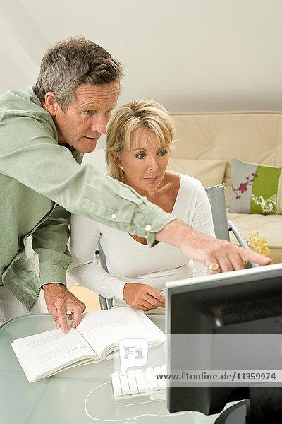 Koppeln Sie die Benutzung und das Zeigen auf den Computer auf dem Schreibtisch.
