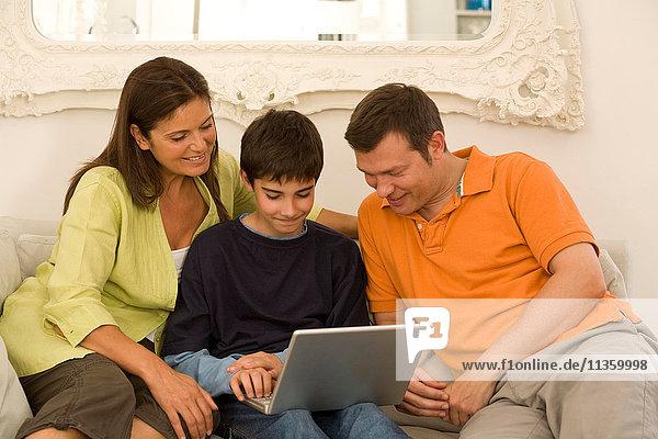 Reife Paare und Söhne beim Surfen auf dem Sofa