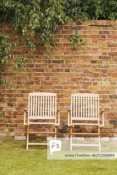 Zwei Terrassenstühle auf der Gartenwiese