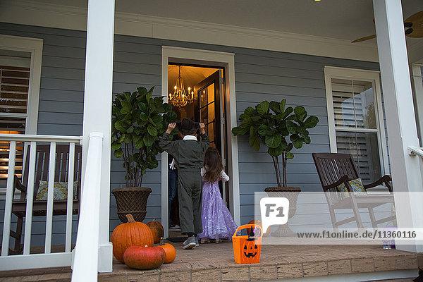 Geschwistertrick oder Behandlung vor der Haustür des Nachbarn