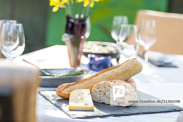 Partygartentisch mit Käseplatte und Brot
