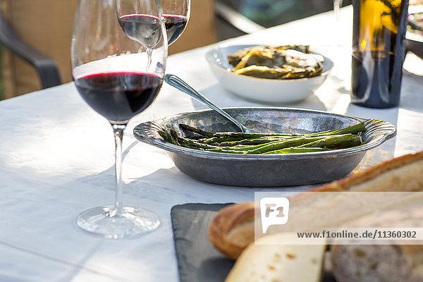 Partygartentisch mit Rotwein  Käseplatte und grünen Bohnen