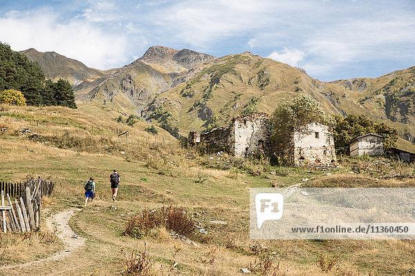 Männliche Wanderer beim Wandern in der Berglandschaft  Svaneti  Georgien