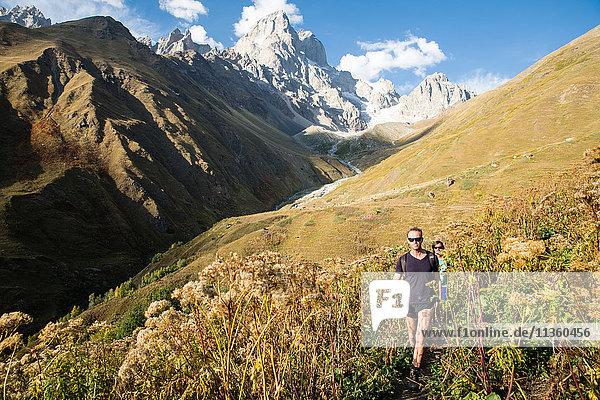 Männliche Wanderer beim Wandern in einer Bergtal-Landschaft  Svaneti  Georgien