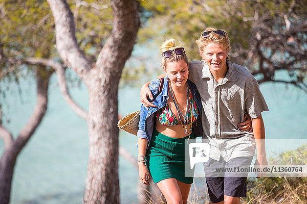 Paar mit lächelnden Armen umeinander gelegt  Mallorca  Spanien