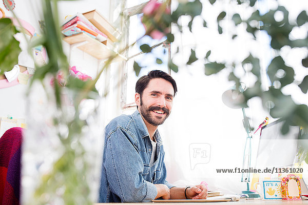 Porträt eines jungen männlichen Designers im Druckmaschinen-Atelier