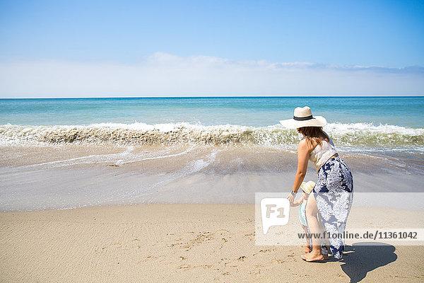 Mutter hält mit ihrem kleinen Sohn am Strand Händchen  Malibu  Kalifornien  USA