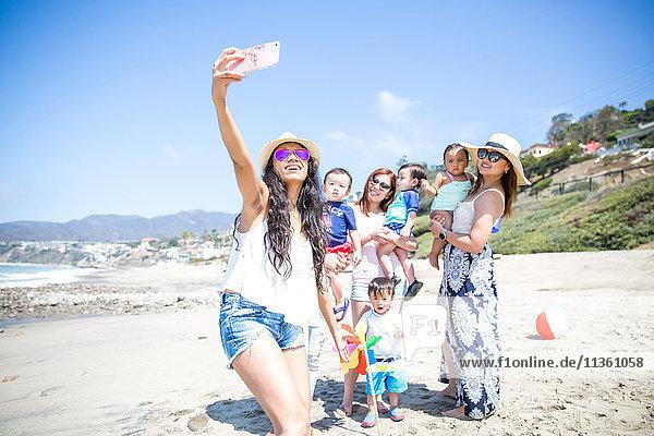 Mutter nimmt sich am Strand von Freunden und Babys mit  Malibu  Kalifornien  USA