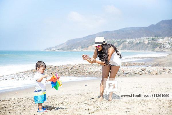 Mutter fotografiert kleinen Sohn am Strand  Malibu  Kalifornien  USA