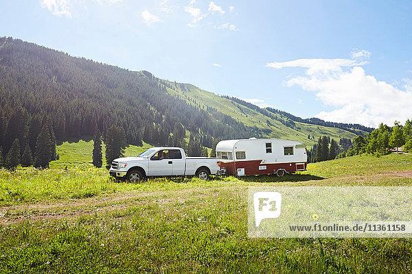 Freizeitfahrzeug und Wohnwagen in der Landschaft geparkt  Crested Butte  Colorado  USA