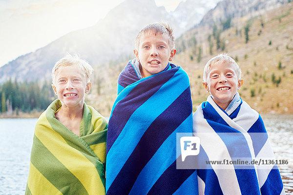 Porträt von männlichen Zwillingen und Bruder in Decken gehüllt  zitternd  Grand Teton National Park  Wyoming  USA
