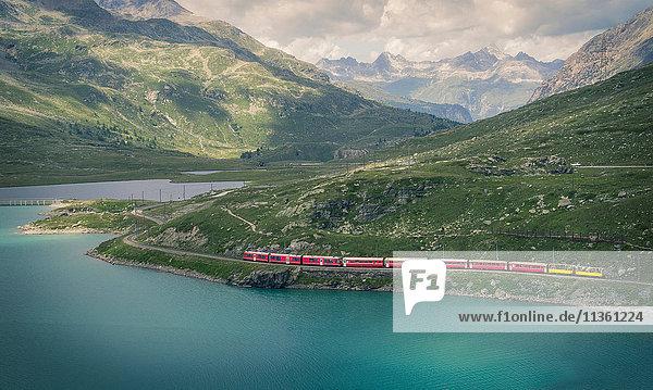 Glacier-Express-Zug auf dem Berninapass  Kanton Graubünden  Schweiz