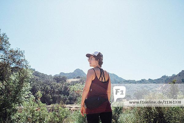 Rückansicht einer Frau in den Bergen mit Blick in die Ferne  Malibu  Kalifornien  USA