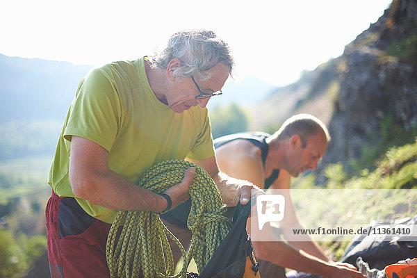 Kletterer bereiten Kletterausrüstung vor
