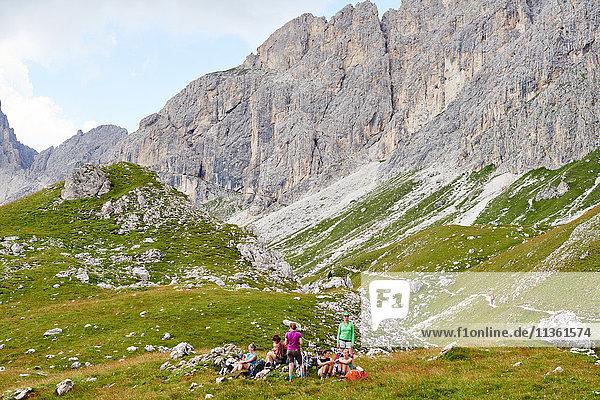 Wanderer rasten auf felsigen Hängen am Berg  Österreich