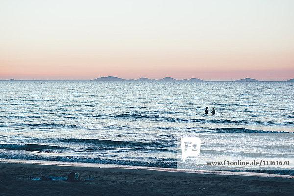 Entfernte Menschen hüfttief im Ozean  Sorso  Sassari  Italien
