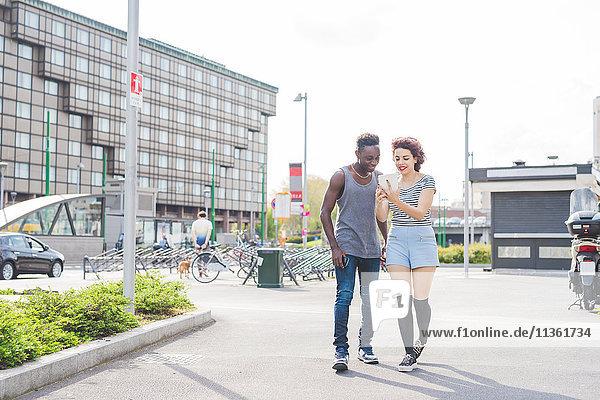 Paar im Stadtgebiet mit Blick auf Smartphone  Mailand  Italien