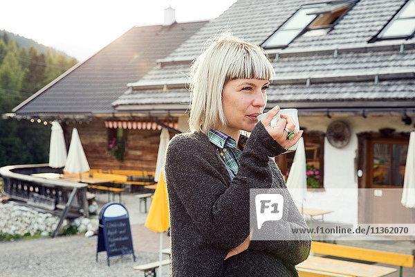 Frau beim Kaffeetrinken vor dem Hotel  Sattelbergalm  Tirol  Österreich