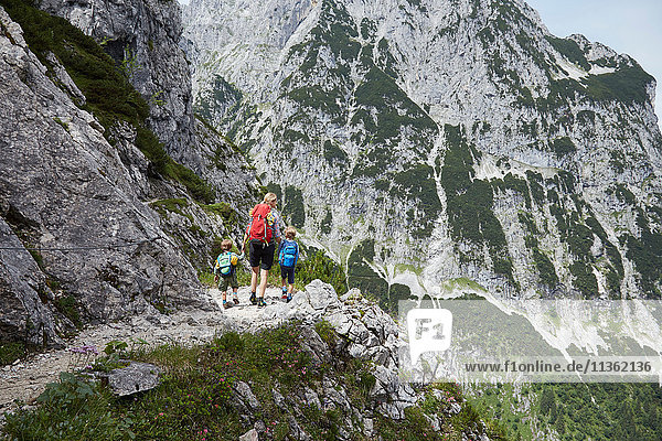 Mutter und Söhne auf Bergtrekking  Höllental  Zugspitze  Garmisch-Partenkirchen  Bayern  Deutschland