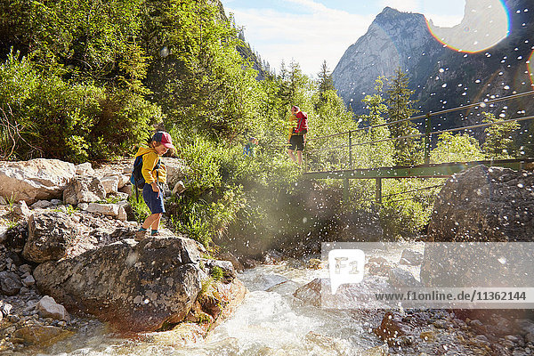 Mutter und Söhne auf Entdeckungsreise  Höllental  Zugspitze  Garmisch-Partenkirchen  Bayern  Deutschland