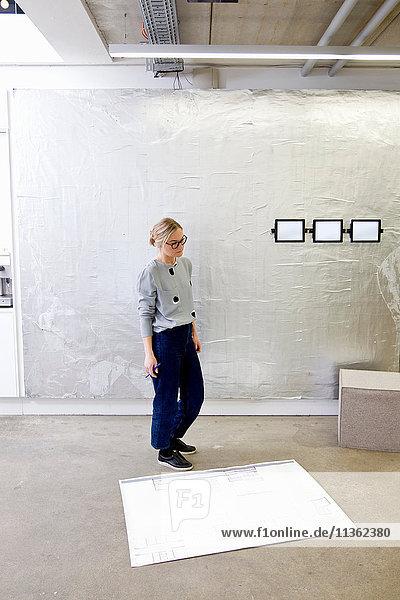 Architekt im Büro betrachtet Entwurf