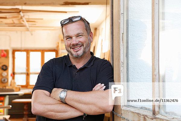 Porträt eines Mannes in der Werkstatt