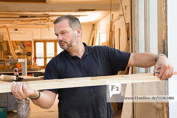 Mann Qualitätskontrolle Holz