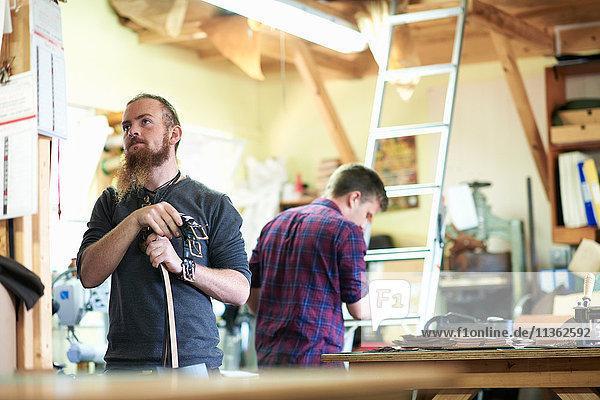 Männliche Arbeiter in Lederwerkstatt