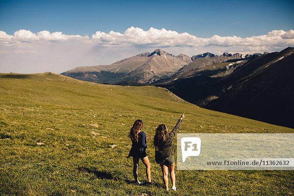 Rückansicht von Frauen mit Blick auf die Berge  Rocky Mountain National Park  Colorado  USA