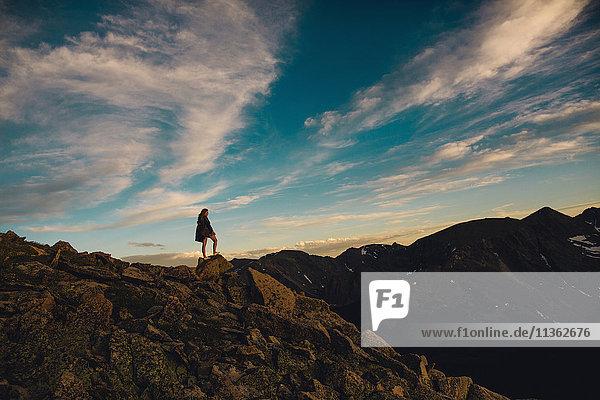 Frau auf einem Felsvorsprung mit Blick auf die Aussicht  Rocky Mountain National Park  Colorado  USA