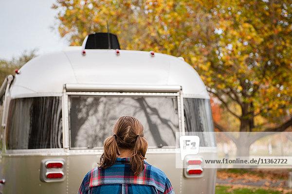 Rückansicht einer Frau  die ein Wohnmobil betrachtet  Washington  USA