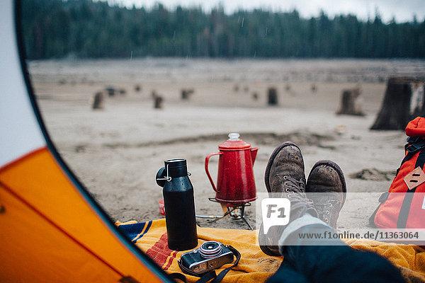 Junger Mann sitzt im Zelt am Strand  Huntington Lake  Kalifornien  USA