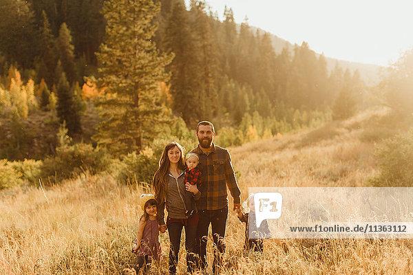 Porträt einer Familie in ländlicher Umgebung  Mineral King  Sequoia-Nationalpark  Kalifornien  USA