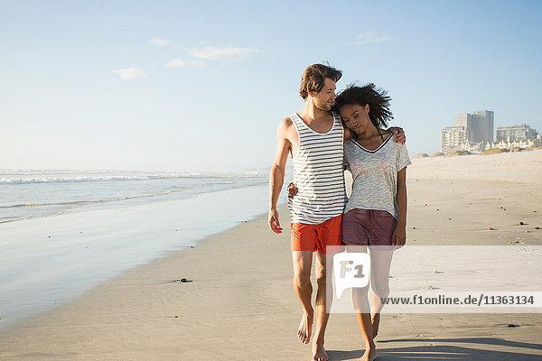 Romantisches junges Paar beim Strandspaziergang  Kapstadt  Western Cape  Südafrika