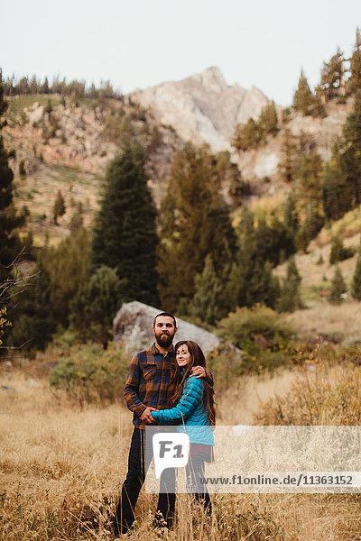 Porträt eines jungen Paares in ländlicher Umgebung  Mineral King  Sequoia National Park  Kalifornien  USA