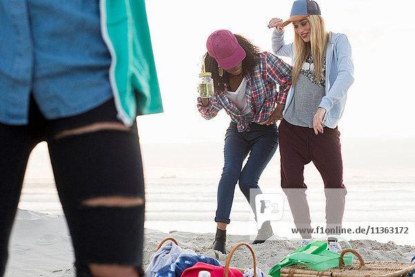 Drei junge Freundinnen beim Picknick am Strand  Kapstadt  Western Cape  Südafrika