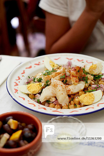 Portugiesischer Salada de bacalhau e grão-de-bico  (Gesalzener Kabeljau mit Kichererbsen und Ei)
