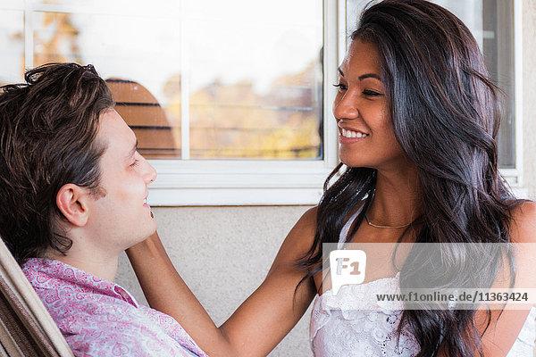 Junges Paar entspannt sich auf der Veranda