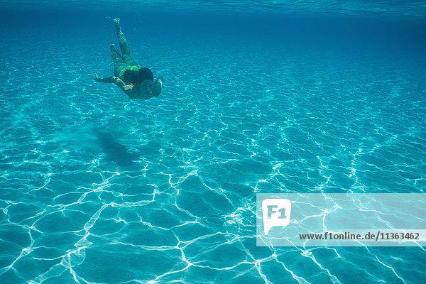 Unterwasseraufnahme einer im Meer schwimmenden Frau