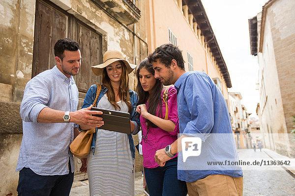 Paare mit digitalem Tablett auf der Straße  Palma de Mallorca  Spanien