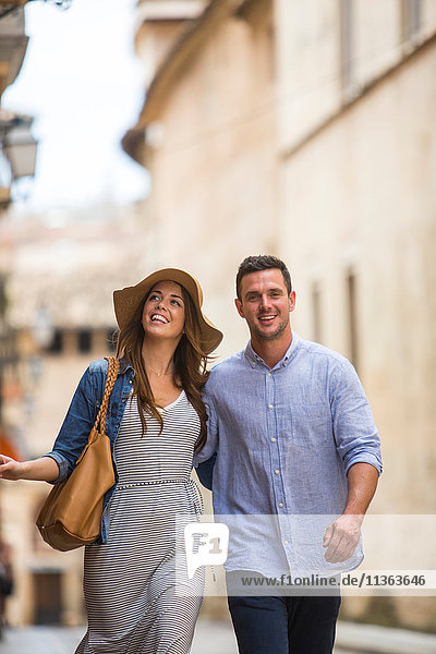 Paar zu Fuß auf der Straße  Palma de Mallorca  Spanien