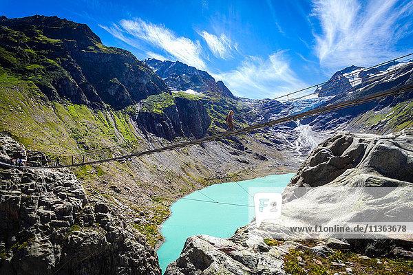 Tourist über die Triftbrücke  Schweiz