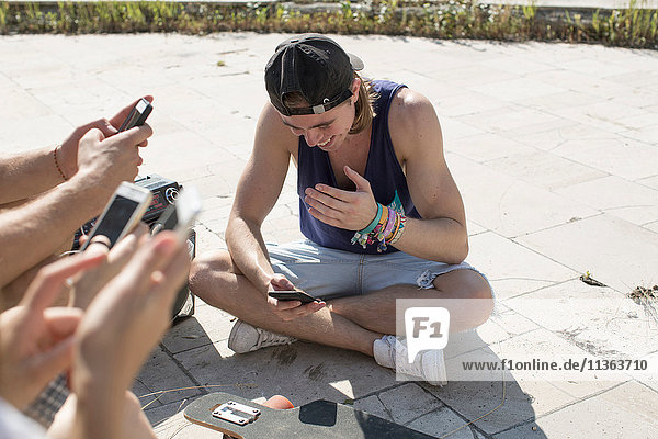 Soziale Vernetzung von Freunden auf Smartphones