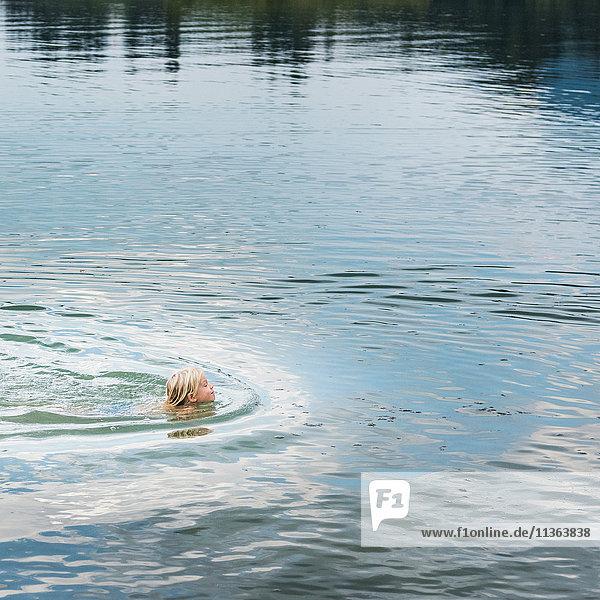 Junge schwimmt im See