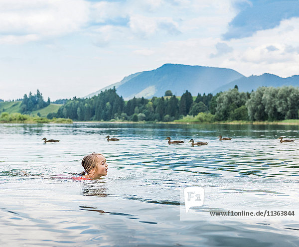 Mädchen schwimmt im See  Füssen  Bayern  Deutschland