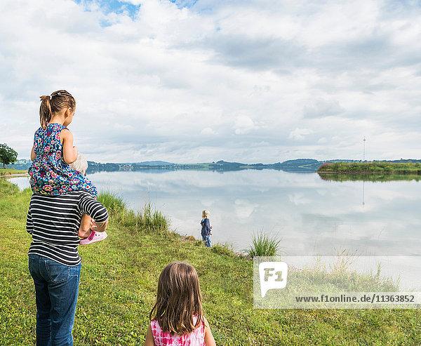 Grossmutter trägt Enkelin auf den Schultern  Füssen  Bayern  Deutschland