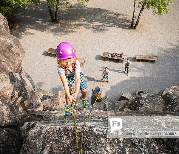 Junge mit Kletterhelm Felsklettern