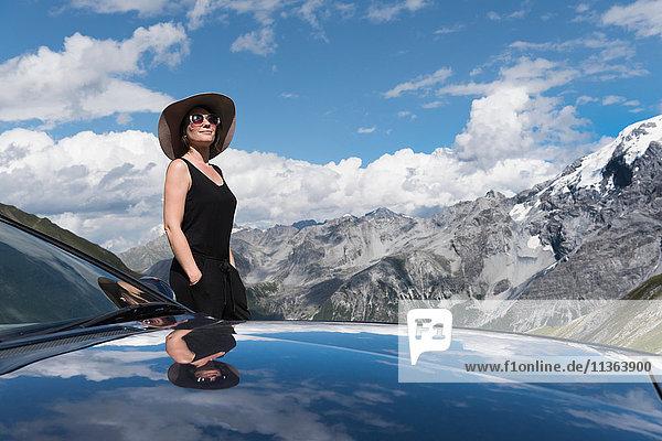 Frau im Auto in den Bergen mit Blick in die Ferne  Stilfserjoch  Stilfserjoch  Italien