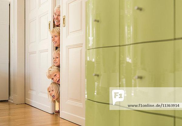 Großmutter und Enkel stechen mit dem Kopf durch die Tür